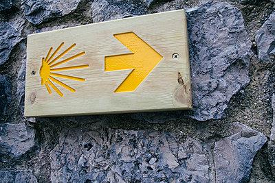 Sign of the Santiago's road on a wall - p300m1129805f von Andrés Benitez