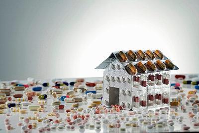 Blister packs of pills in shape of house - p42919091f by walter zerla