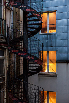 Outdoor staircase in a courtyard of Paris, France - p778m2037555 by Denis Dalmasso