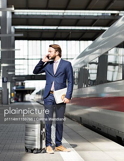 Geschäftsmann telefoniert am Bahnsteig - p1114m1159766 von Carina Wendland
