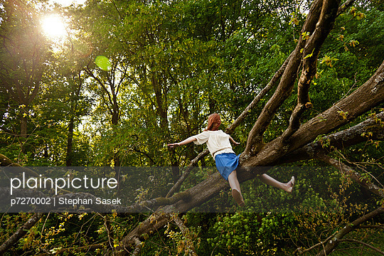 Junge Frau auf einem Baumstamm - p7270002 von Stephan Sasek