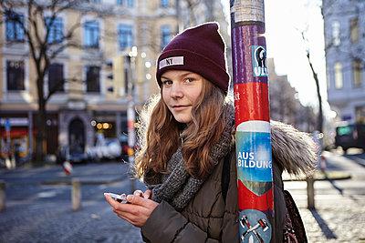 Jugendliche in Stadt - p1348m1516811 von HANDKE + NEU