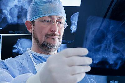 Surgeon examining Xray image - p429m2075397 by REB Images
