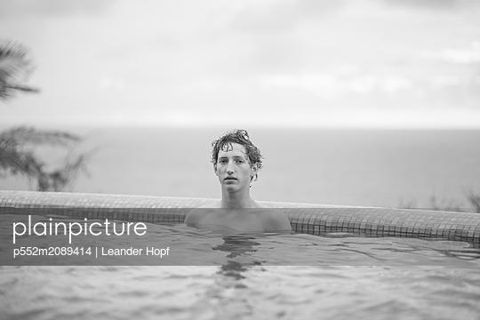 Man in Pool - p552m2089414 by Leander Hopf