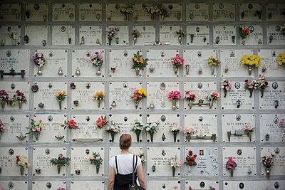 Frau vor einem Urnengrab - p966m1514948 von Tobias Leipnitz