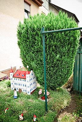 Gartenzwerge im Vorgarten - p982m2126817 von Thomas Herrmann