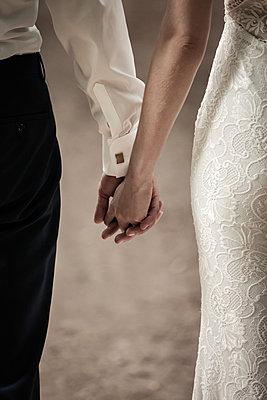Brautpaar hält sich an den Händen - p1685m2272481 von Joy Kröger