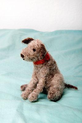 Gefilzter Hund - p451m1048539 von Anja Weber-Decker