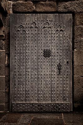 Gefängnistür in Mont St. Michel - p470m2053095 von Ingrid Michel
