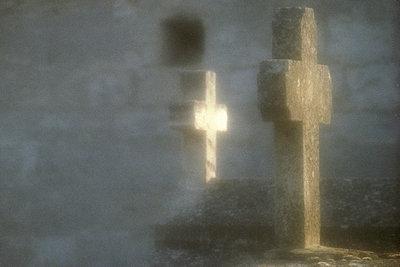 Kreuze auf einem Friedhof - p9791878 von Zimmermann photography