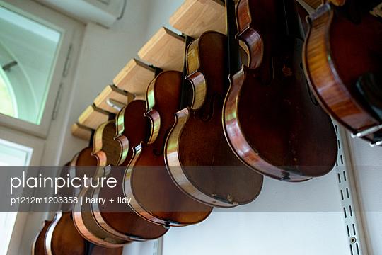 Hängende Geigen - p1212m1203358 von harry + lidy