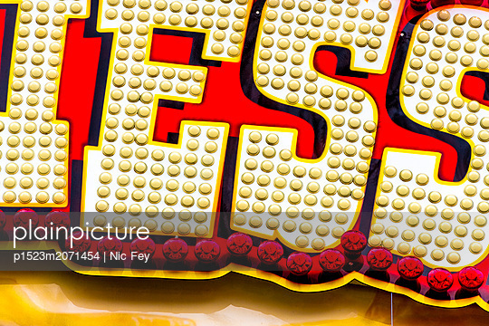 Jahrmarkt, Leuchtreklame - p1523m2071454 von Nic Fey