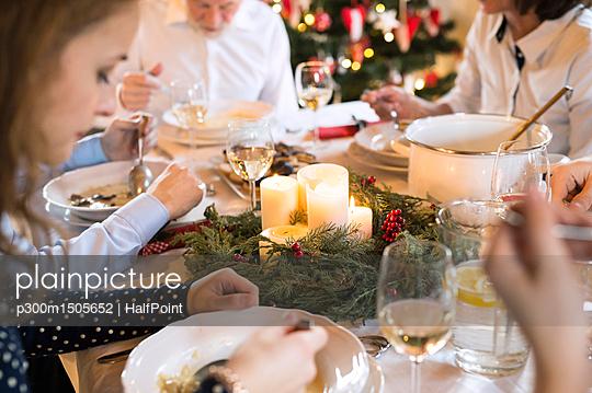 plainpicture | Photo library for authentic images - plainpicture p300m1505652 - Family dining at Christmas ... - plainpicture/Westend61/HalfPoint