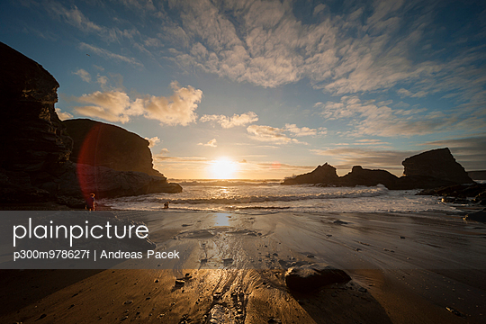 UK, England, Cornwall, Bedruthan Steps, boy at the ocean - p300m978627f by Andreas Pacek