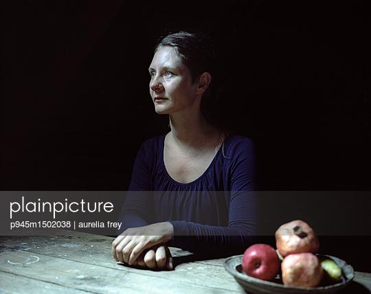 Frau sitzt am Tisch - p945m1502038 von aurelia frey