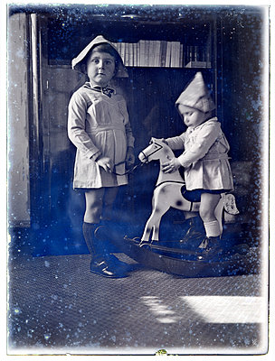 Vintage photograph, brother and sister - p265m1487128 by Oote Boe