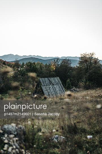Verlassene Holzhütte am Abend auf Wiese im Durmitor Nationalpark, Montenegro - p1497m2149601 von Sascha Jacoby