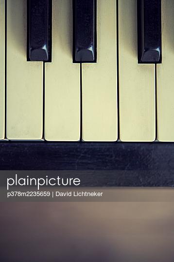 Close-up of pia keys - p378m2235659 by David Lichtneker