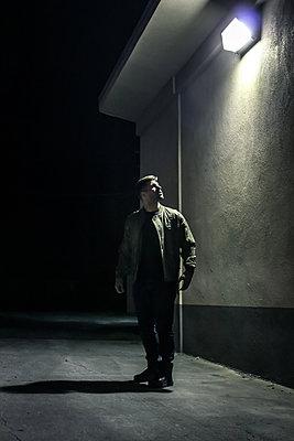 Mann auf einer Straße bei Nacht - p1019m1424634 von Stephen Carroll