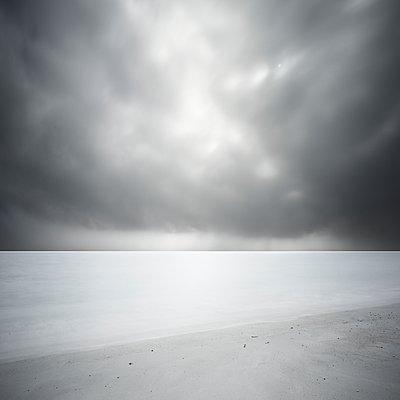 Sur la plage dans le sable - p1137m2008064 by Yann Grancher