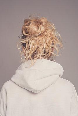 Woman in hoodie from behind  - p1323m2045083 von Sarah Toure