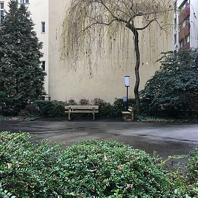 Österreich, Wien, Bänke in einem Wohngebiet - p1401m2244430 von Jens Goldbeck