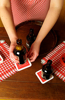 Bier servieren - p1650185 von Andrea Schoenrock