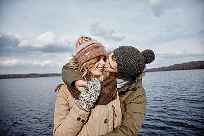 Deutschland, junges Paar, erste grosse Liebe, gemeinsame Zukunft, Glück, Zukunft, Kuss, Textfreiraum - p300m2166258 von Annie Hall