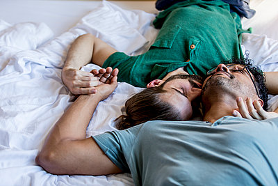 Gay couple in bed - p787m2115268 by Forster-Martin
