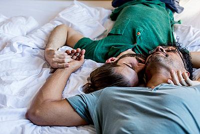 Schwules Paar im Bett - p787m2115268 von Forster-Martin