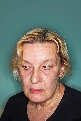 Porträt einer Frau - p836m1511135 von Benjamin Rondel