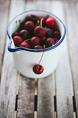 Rote Kirschen in einer Kanne - p946m823755 von Maren Becker