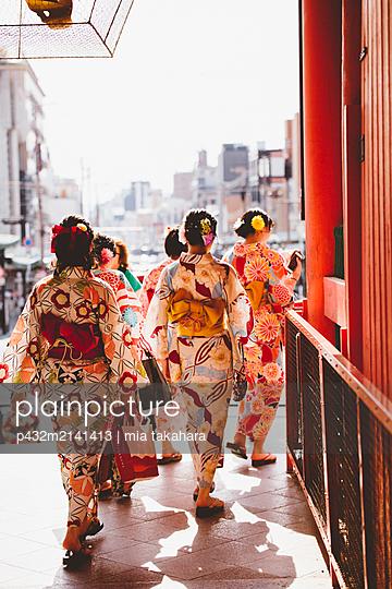 Junge Japanerinnen in Kyoto - p432m2141413 von mia takahara
