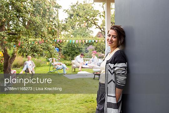 Junge Frau lehnt an einer WAnd - p788m1165273 von Lisa Krechting