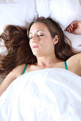 Frau schläft im Bett - p045m924335 von Jasmin Sander