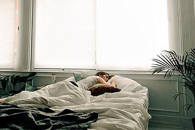 Woman sleeping in bed - p300m2188482 by Eloisa Ramos
