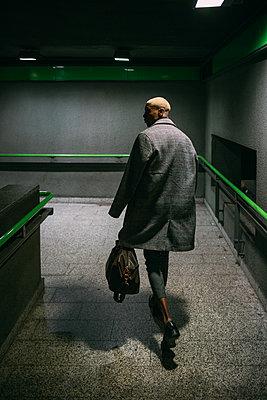 Stylish man walking in subway, Milan, Italy - p429m2127774 by Eugenio Marongiu