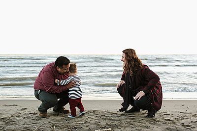 Family with baby boy on beach - p924m1224917 by Jennifer van Son