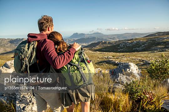 Paar auf einer Bergtour - p1355m1574104 von Tomasrodriguez