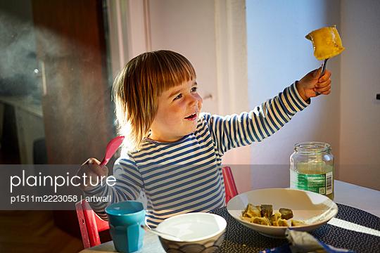 Kleiner Junge isst Maultaschen - p1511m2223058 von artwall