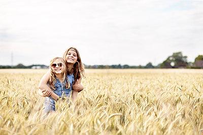 Zwei Mädchen im Kornfeld - p1348m1496952 von HANDKE + NEU