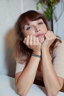 Frau sitzt am Tisch - p1491m2163755 von Jessica Prautzsch
