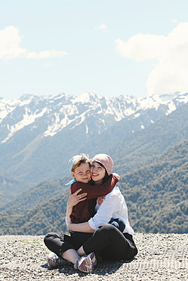 Mother hugging her son in the mountains, Sochi, Russia - p300m2154812 von Ekaterina Yakunina
