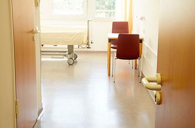 Germany, Freiburg, Empty hospital room - p300m2213695 by Heinz Linke