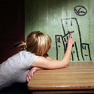 """Frau im Hinterzimmer von """"ROSI S"""" - p9791442 von Wilken"""