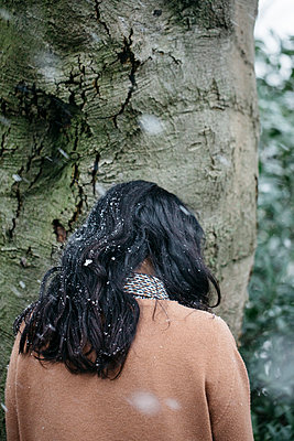 Rear view of a woman in the snow - p1621m2231130 by Anke Doerschlen