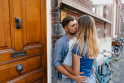 Affectionate young couple kissing in the city - p300m2058777 von Gustafsson