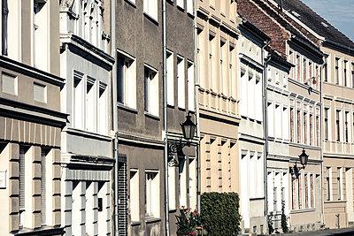Häuserzeile - p354m1133783 von Andreas Süss