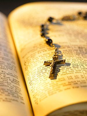 Bibel und Rosenkranz - p5090016 von Reiner Ohms