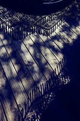 Fransen und Schatten auf der Veranda - p900m1172486 von Michael Moser